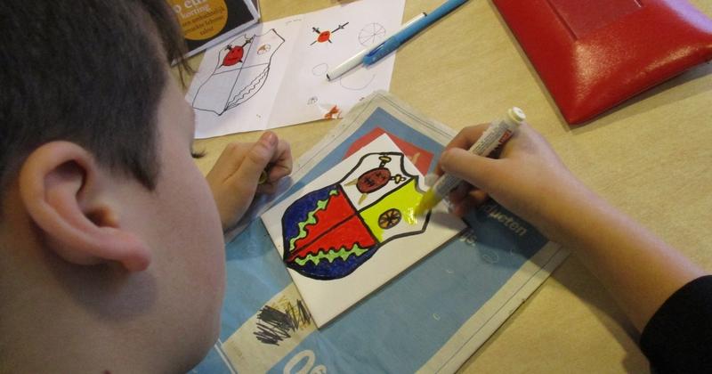 Middeleeuwen: Ontwerp  en schilder je eigen wapenschild met porceleinverf op een keramische tegel.