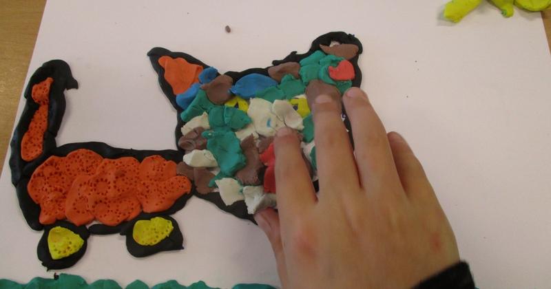 """""""Reliefschilderijen"""" maken met eigen fantasie en gekleurde speelklei, deze les kan ook als ontwerples voor: Klei is Fantastisch worden gebruikt!"""