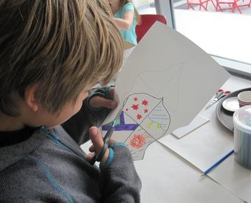 Afbeelding 4 Middeleeuwen: Ontwerp  en schilder je eigen wapenschild met porceleinverf op een keramische tegel.