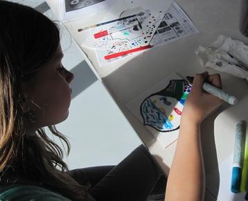 Afbeelding 3 Middeleeuwen: Ontwerp  en schilder je eigen wapenschild met porceleinverf op een keramische tegel.