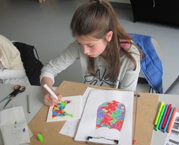 Afbeelding 1 Middeleeuwen: Ontwerp  en schilder je eigen wapenschild met porceleinverf op een keramische tegel.