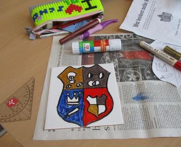 Afbeelding 6 Middeleeuwen: Ontwerp  en schilder je eigen wapenschild met porceleinverf op een keramische tegel.