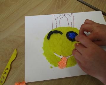 """Afbeelding 2 """"Reliefschilderijen"""" maken met eigen fantasie en gekleurde speelklei, deze les kan ook als ontwerples voor: Klei is Fantastisch worden gebruikt!"""
