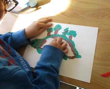 """Afbeelding 3 """"Reliefschilderijen"""" maken met eigen fantasie en gekleurde speelklei, deze les kan ook als ontwerples voor: Klei is Fantastisch worden gebruikt!"""