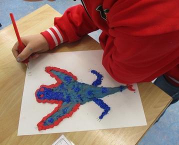 """Afbeelding 4 """"Reliefschilderijen"""" maken met eigen fantasie en gekleurde speelklei, deze les kan ook als ontwerples voor: Klei is Fantastisch worden gebruikt!"""