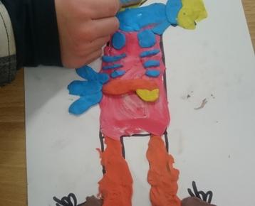 """Afbeelding 7 """"Reliefschilderijen"""" maken met eigen fantasie en gekleurde speelklei, deze les kan ook als ontwerples voor: Klei is Fantastisch worden gebruikt!"""